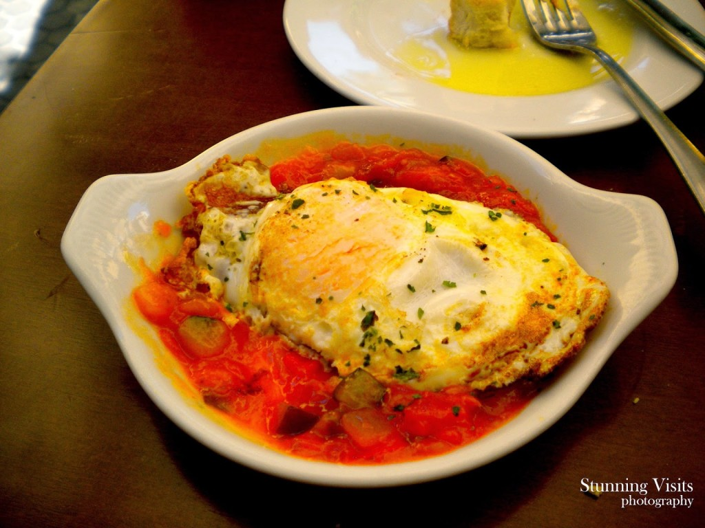 Fresh vegetables stewed in tomato sauce served with egg. Delicoso!